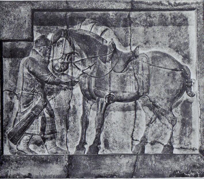 cavaliere tang del VII secolo. Notare la sella con staffe.
